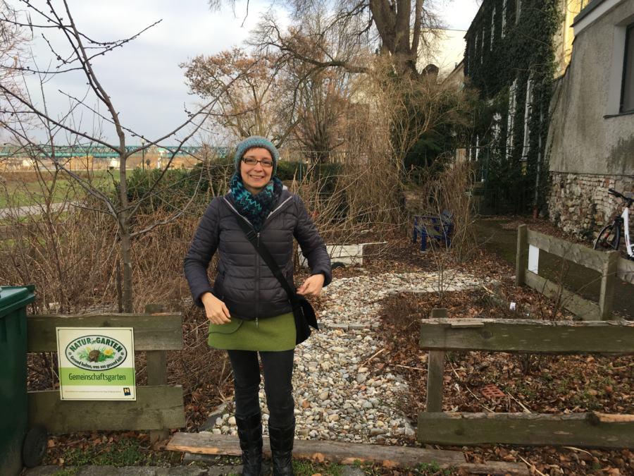 Michaela vor dem Naschgarten